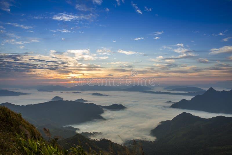 Απότομος βράχος ομίχλης βουνών και ουρανού στοκ εικόνες