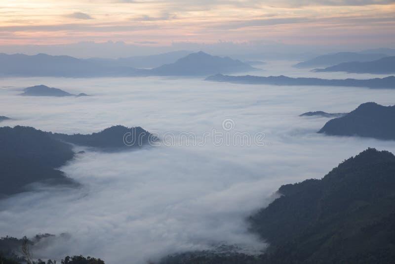 Απότομος βράχος ομίχλης βουνών και ουρανού στοκ φωτογραφίες