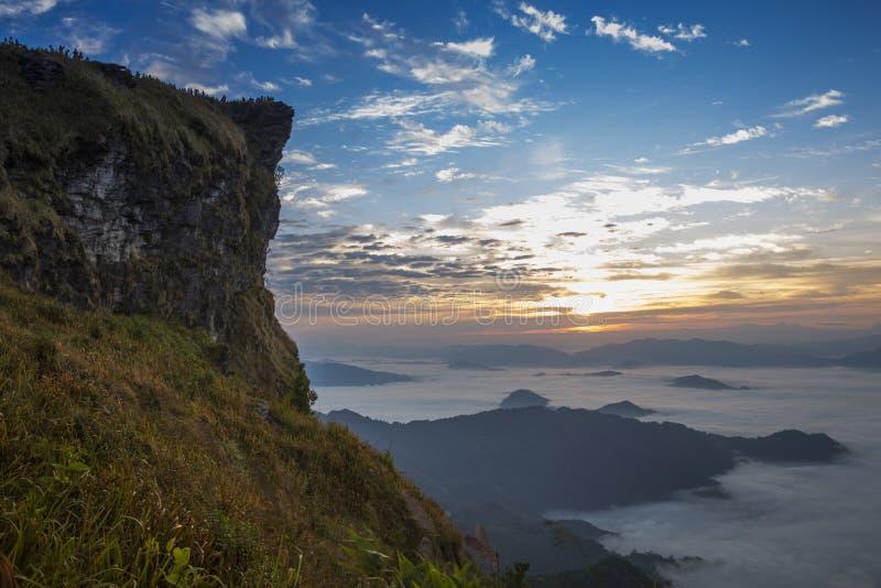 Απότομος βράχος ομίχλης βουνών και ουρανού στοκ φωτογραφία με δικαίωμα ελεύθερης χρήσης