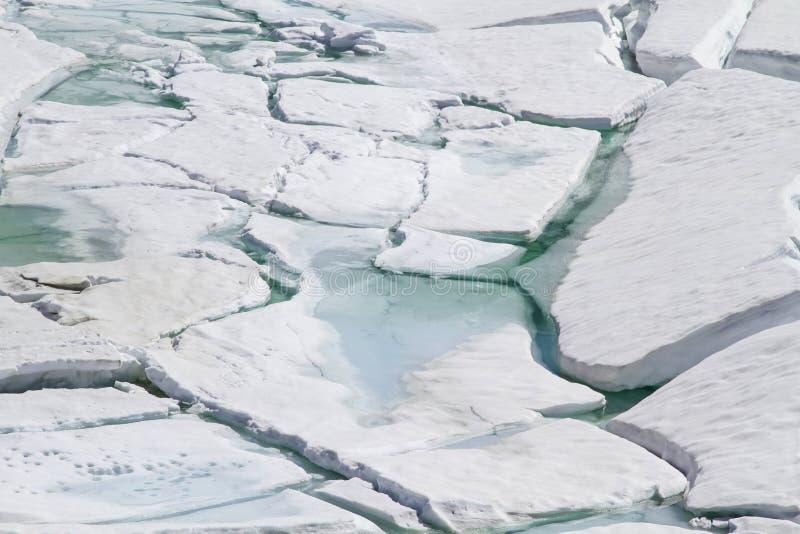 Απότομος βράχος πάγου από τη λίμνη βουνών στοκ εικόνες με δικαίωμα ελεύθερης χρήσης