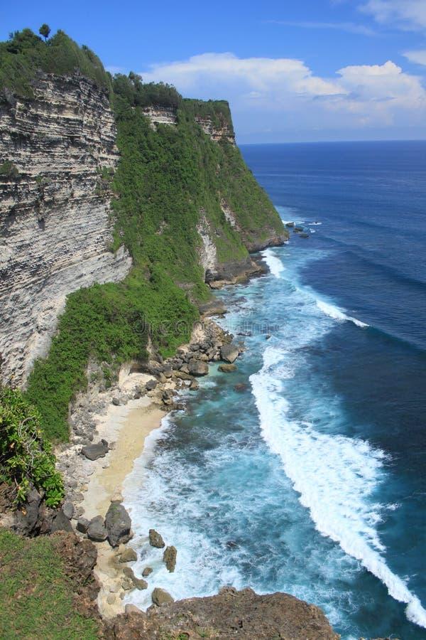 Απότομος βράχος παραλιών στο νησί Uluwatu του Μπαλί στοκ φωτογραφία