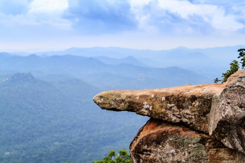 Απότομος βράχος στο βουνό στοκ φωτογραφίες με δικαίωμα ελεύθερης χρήσης