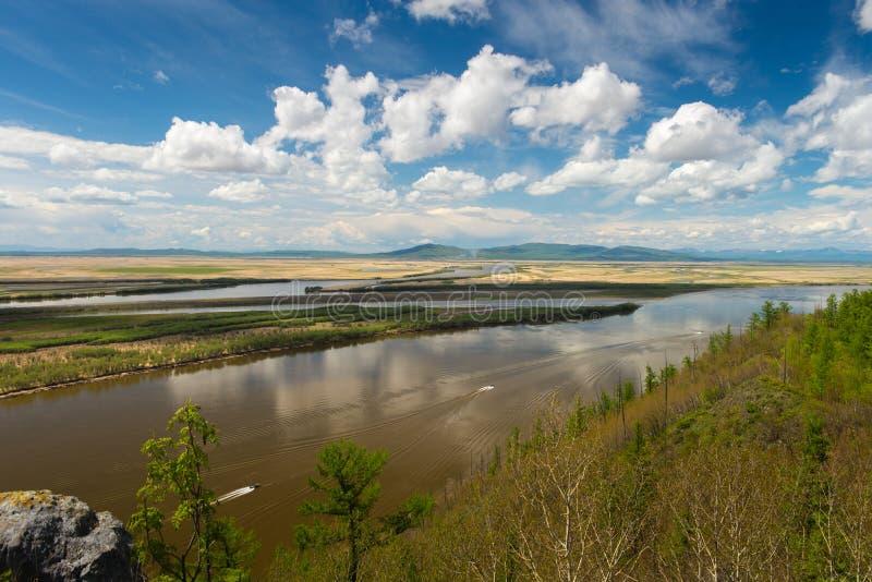 Απότομος βράχος Aury στο ποταμό Αμούρ Περιοχή Khabarovsk της ρωσικής άποψης της Άπω Ανατολής σχετικά με τον ποταμό Amur με τον απ στοκ φωτογραφίες με δικαίωμα ελεύθερης χρήσης