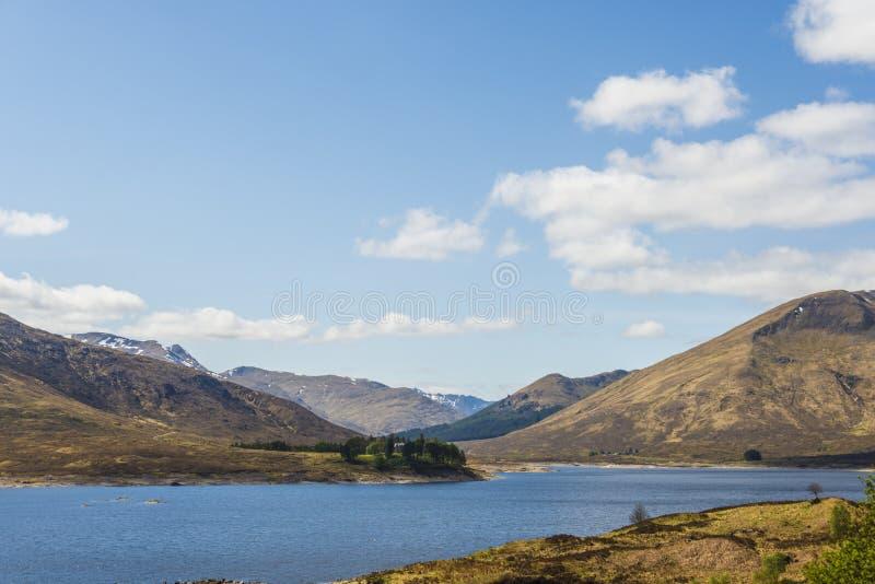 Απόψεις από A87 σχετικά με τον τρόπο από το οχυρό William στο νησί του skye στοκ εικόνες