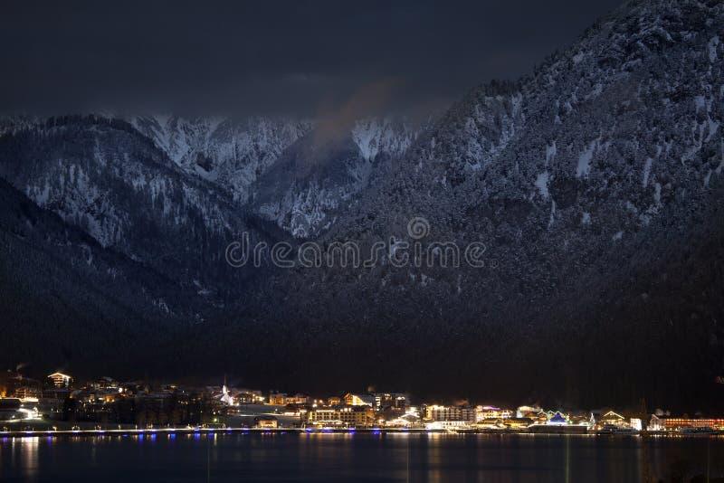 Απόψεις νύχτας Achensee και Pertisau από Maurach, Αυστρία στοκ φωτογραφία