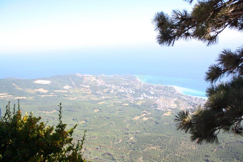 Απόψεις της παραλίας με τα υψηλά βουνά στοκ εικόνες