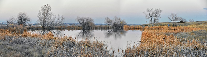 Απόψεις της πορείας περπατήματος λιμνών Josh's, που απεικονίζουν το ηλιοβασίλεμα σε Broomfield Κολοράντο που περιβάλλεται από C στοκ εικόνα με δικαίωμα ελεύθερης χρήσης