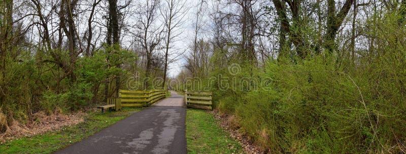 Απόψεις των γεφυρών και των διαβάσεων κατά μήκος των κατώτατων σημείων Greenway της Shelby και των φυσικών ιχνών frontage ποταμών στοκ εικόνες