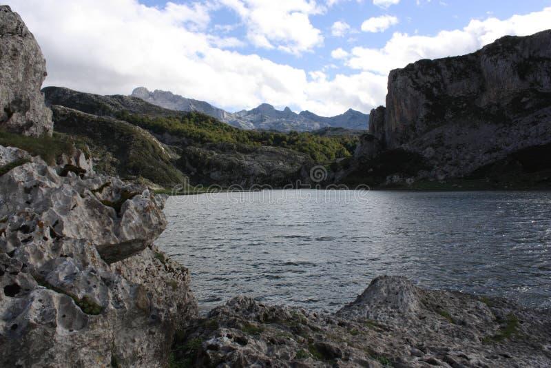 Απόψεις των σύννεφων στα βουνά, δρόμος στις λίμνες της Covadonga, αστουρίες στοκ φωτογραφίες