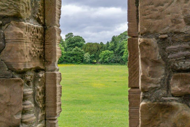 Από ένα σκωτσέζικο παράθυρο του Castle επάνω στους χορτοτάπητες στοκ φωτογραφία