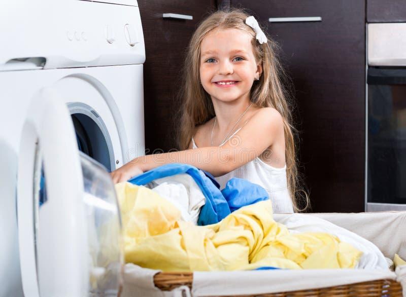 Απόλαυση κοριτσιών των πλυμένων ενδυμάτων στοκ εικόνες