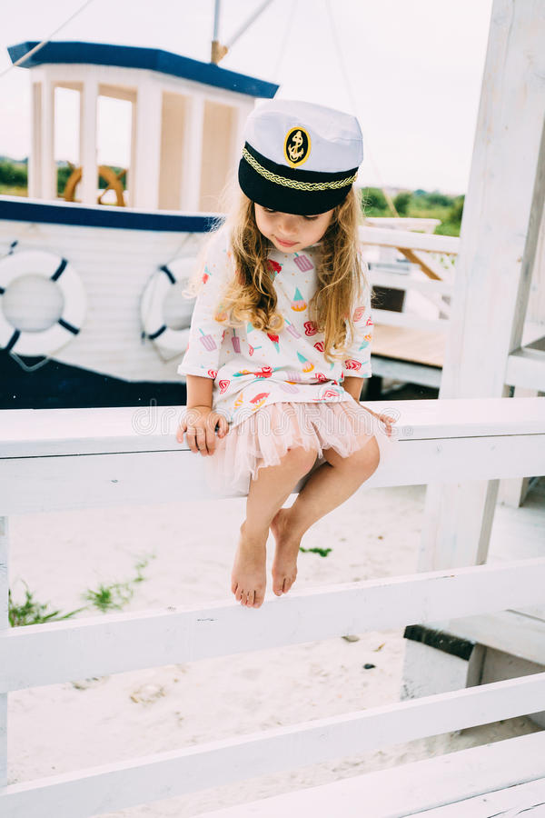 Απόλαυση μικρών κοριτσιών Smailing που πλέει με ένα γιοτ πολυτέλειας στοκ εικόνες