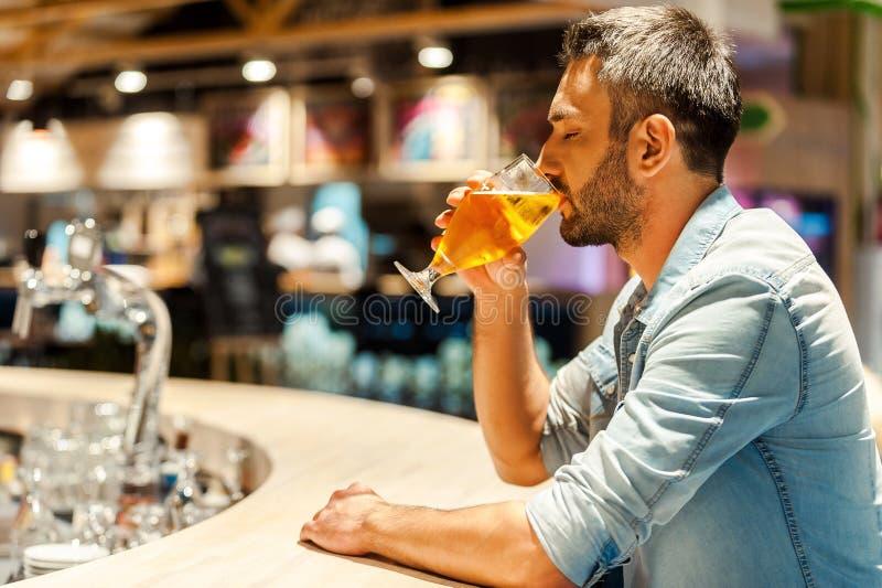 Απόλαυση της φρέσκιας μπύρας στοκ εικόνα με δικαίωμα ελεύθερης χρήσης