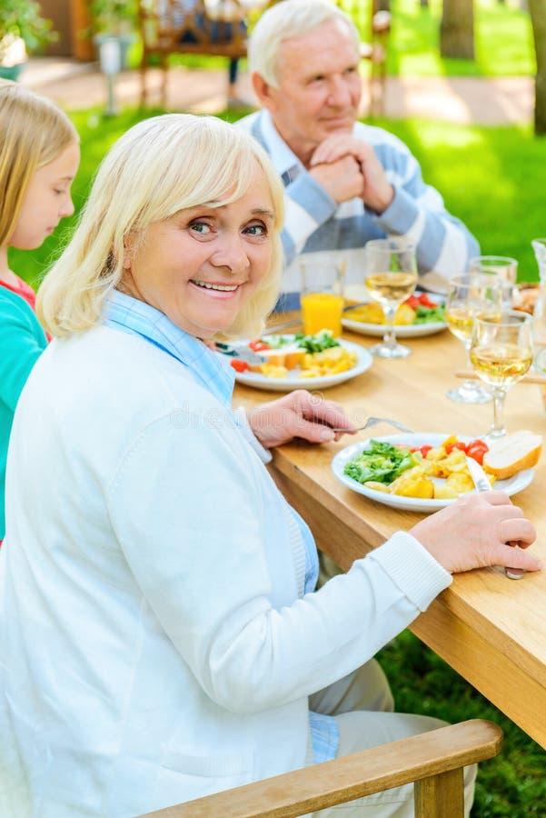 Απόλαυση του γεύματος με τους κοντινότερους ανθρώπους στοκ εικόνες