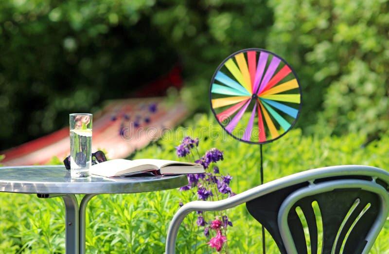 Απόλαυση του καλοκαιριού στον κήπο στοκ φωτογραφίες