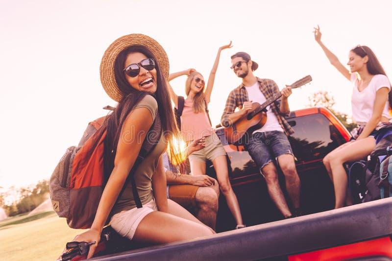 Απόλαυση του οδικού ταξιδιού με τους καλύτερους φίλους στοκ φωτογραφίες
