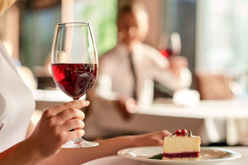 Απόλαυση του ποτηριού του κρασιού στο εστιατόριο στοκ εικόνες