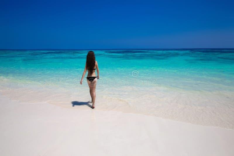 απόλαυση Όμορφη γυναίκα μπικινιών που περπατά στην τροπική παραλία, sli στοκ εικόνα με δικαίωμα ελεύθερης χρήσης