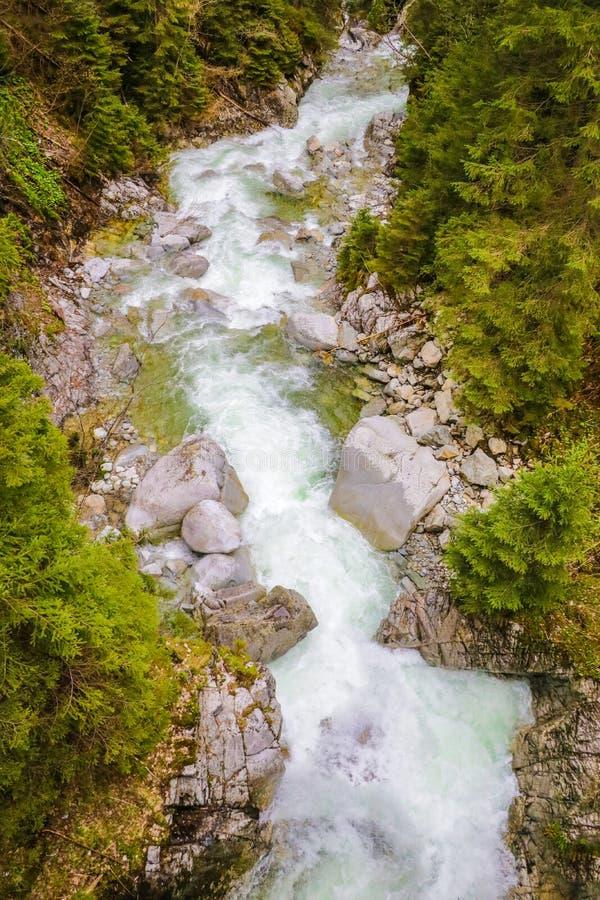 Από επάνω προς τα κάτω άποψη κηφήνων των ορμητικά σημείων ποταμού του ποταμού βουνών με τους υγρούς λίθους και την ακτή χαλικιών στοκ εικόνες με δικαίωμα ελεύθερης χρήσης