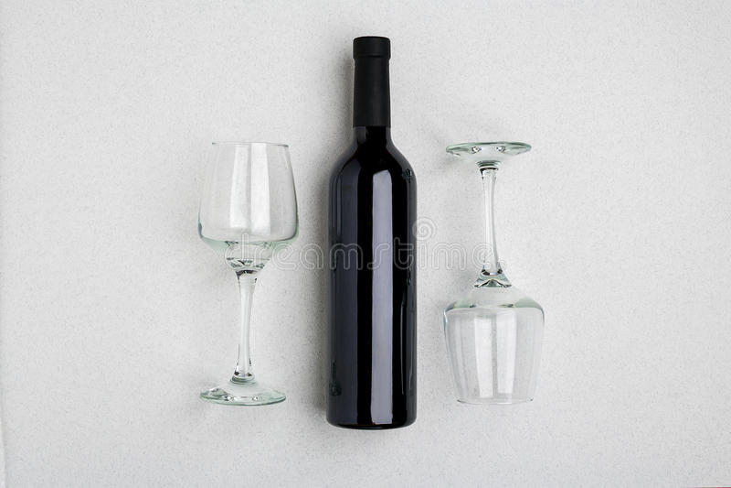 Από πάνω ψαρευμένη άποψη ενός μεγάλου μπουκαλιού του κόκκινου κρασιού, γυαλιά κατανάλωσης στο άσπρο υπόβαθρο στοκ εικόνα με δικαίωμα ελεύθερης χρήσης