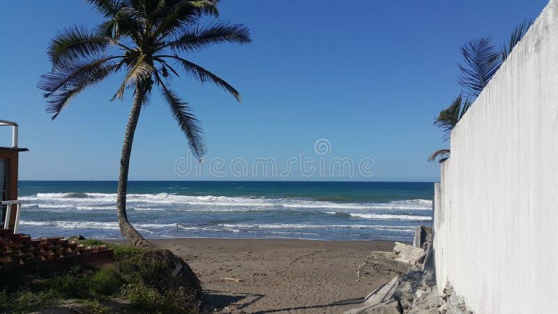 Από την ακτή στην μπλε ακτή στοκ φωτογραφία με δικαίωμα ελεύθερης χρήσης