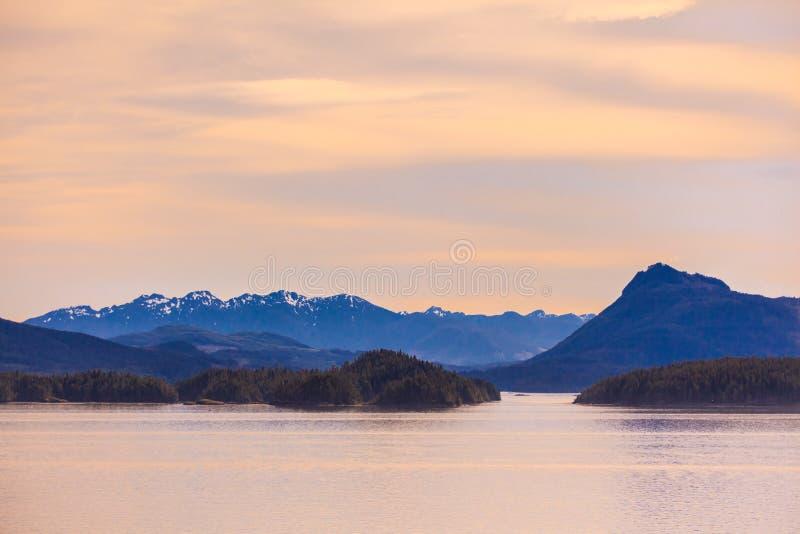 Από την Αλάσκα βουνά στο σούρουπο στοκ εικόνες