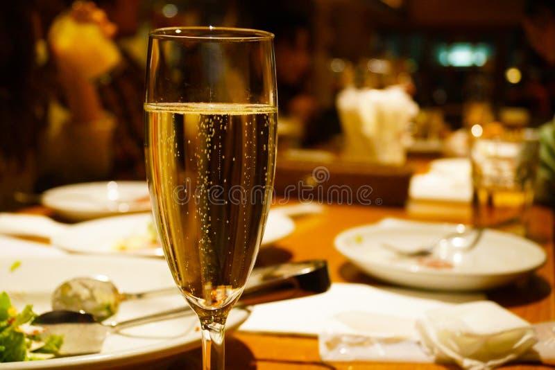 Από την εικόνα κρασιού σπινθηρίσματος στοκ εικόνα