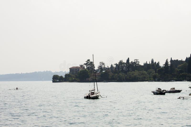 Από την παραλία στη λίμνη Garda στοκ φωτογραφίες