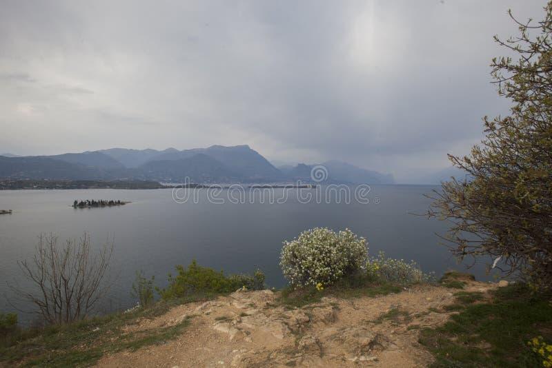 Από την παραλία στη λίμνη Garda στοκ εικόνες