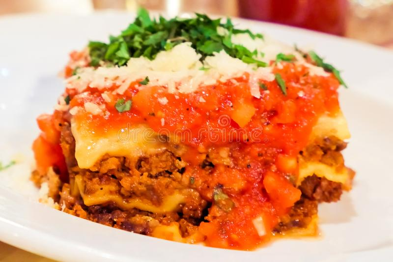 Από τη Μπολώνια πιάτο Lasagna, παραδοσιακή συνταγή με τη σάλτσα ντοματών,  στοκ εικόνα με δικαίωμα ελεύθερης χρήσης