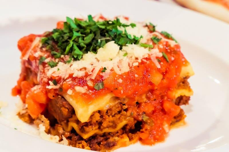 Από τη Μπολώνια πιάτο Lasagna, παραδοσιακή συνταγή με τη σάλτσα ντοματών,  στοκ φωτογραφία με δικαίωμα ελεύθερης χρήσης