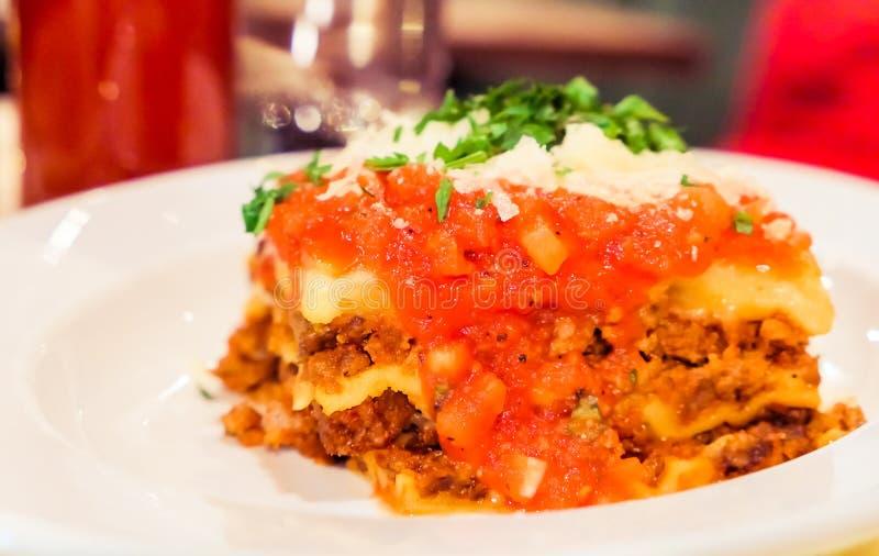 Από τη Μπολώνια πιάτο Lasagna, παραδοσιακή συνταγή με τη σάλτσα ντοματών,  στοκ εικόνες