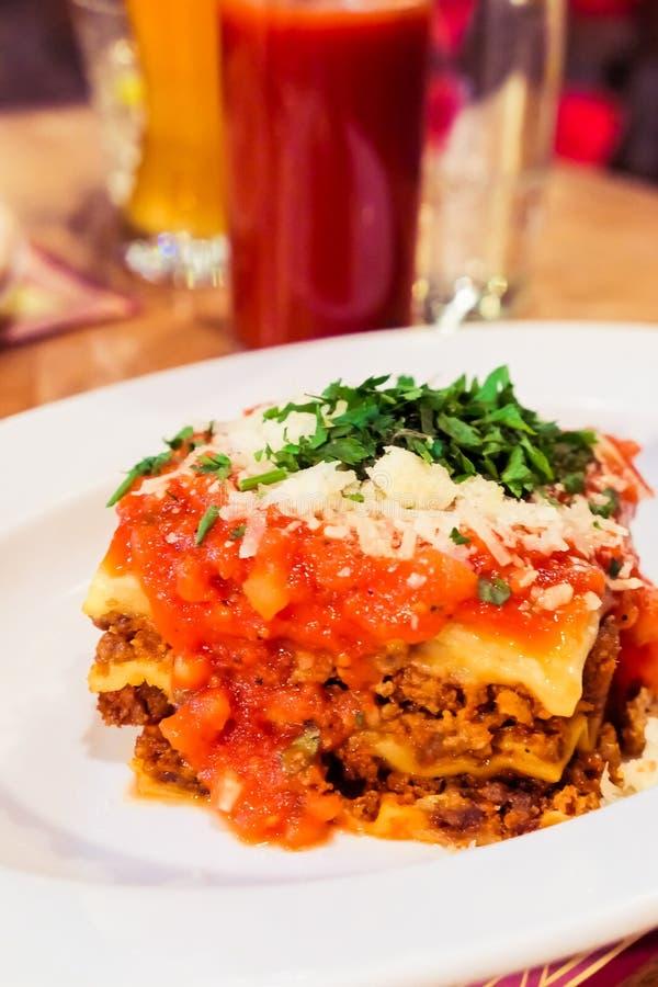 Από τη Μπολώνια πιάτο Lasagna, παραδοσιακή συνταγή με τη σάλτσα ντοματών, τυρί και κρέας στοκ εικόνες με δικαίωμα ελεύθερης χρήσης