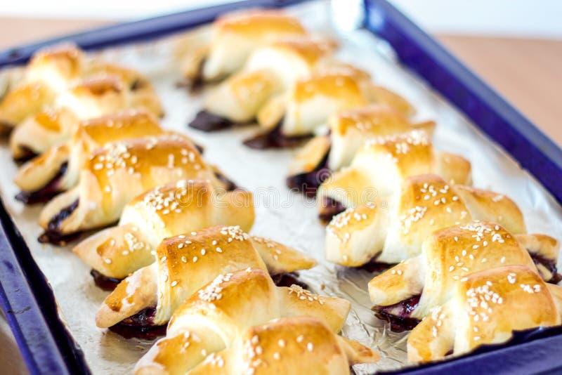 Από τις σπιτικές ψημένες ημισελήνους μαρμελάδας φούρνων σε ένα τηγάνι φύλλων στοκ φωτογραφία