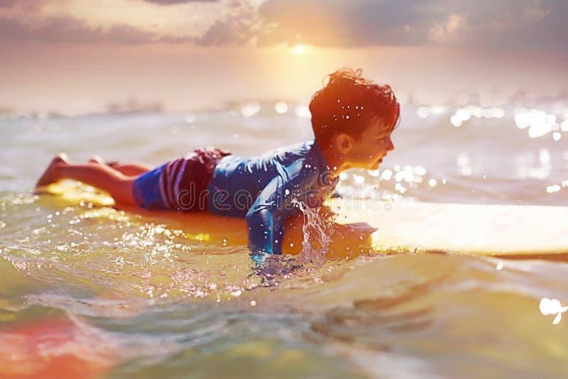 Από το αγόρι εστίασης surfer Έννοια σερφ εκμάθησης στοκ εικόνα με δικαίωμα ελεύθερης χρήσης