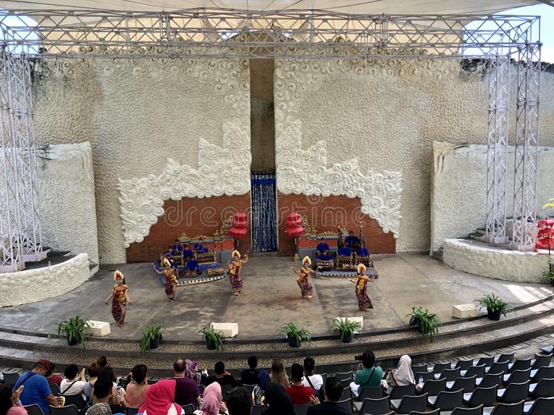 Από το Μπαλί αποδόσεις χορού στη σκηνή στο πρωί σε Garuda Wisnu Kencana GWK στο Μπαλί στην Ινδονησία στοκ εικόνες με δικαίωμα ελεύθερης χρήσης