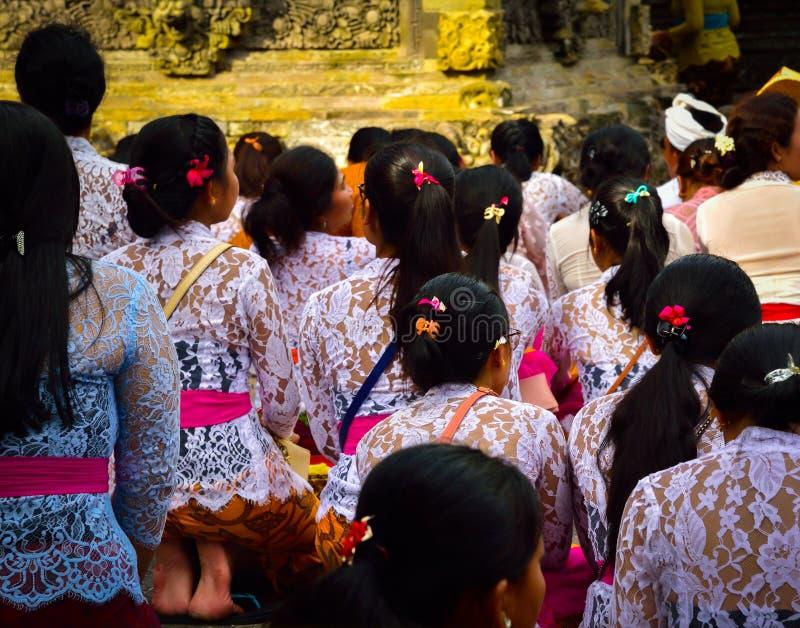 Από το Μπαλί γυναίκες που παίρνουν ένα λουτρό με το ιερό νερό ένας ιερός ναός στοκ εικόνες με δικαίωμα ελεύθερης χρήσης