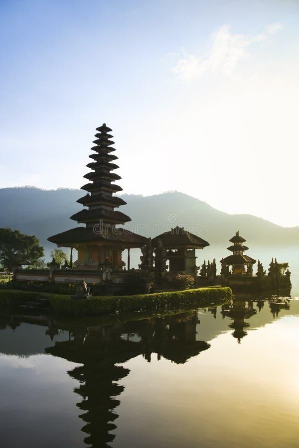 από το Μπαλί ναός λιμνών της Ινδονησίας αυγής του Μπαλί στοκ εικόνα