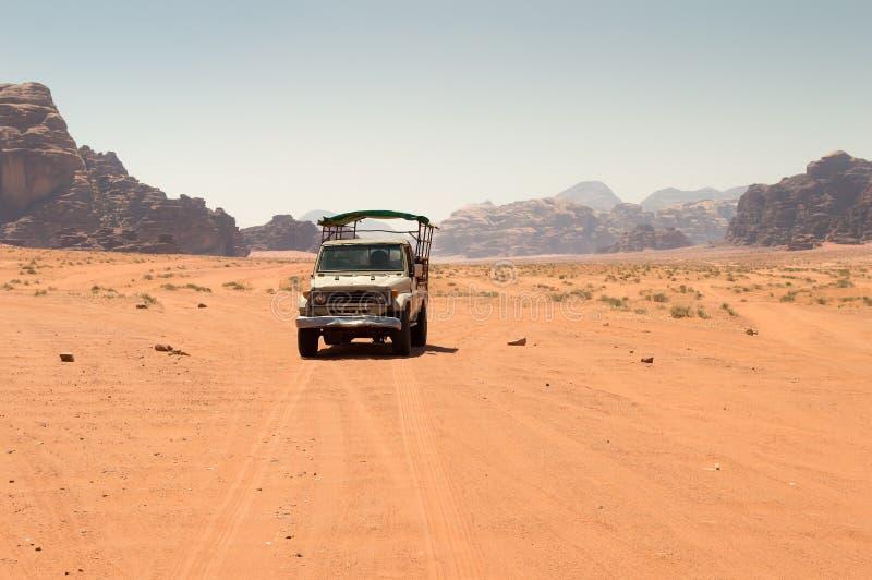 Από το οδικό όχημα στην έρημο στοκ εικόνα με δικαίωμα ελεύθερης χρήσης
