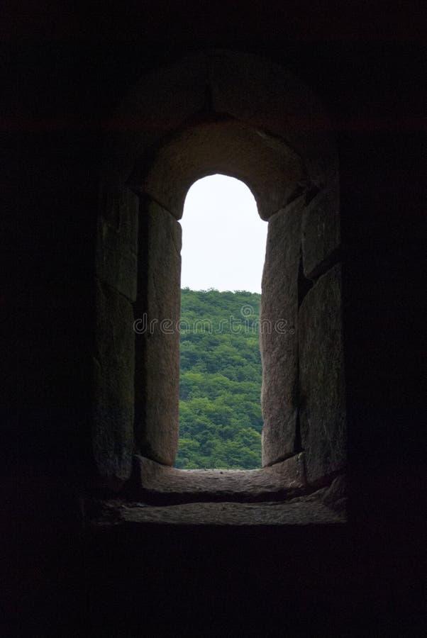 Από το παράθυρο Vahanavank μοναστικό σύνθετο κοντινό Kapan, επαρχία Syunik της Δημοκρατίας Αρμενία στοκ εικόνες