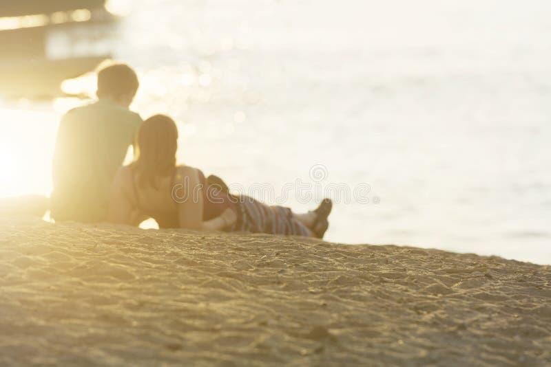 Από το ρομαντικό ζεύγος εστίασης του υπολοίπου εραστών για το ηλιοβασίλεμα στοκ φωτογραφίες με δικαίωμα ελεύθερης χρήσης