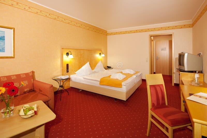 Απλή κρεβατοκάμαρα στο ξενοδοχείο στοκ φωτογραφίες με δικαίωμα ελεύθερης χρήσης