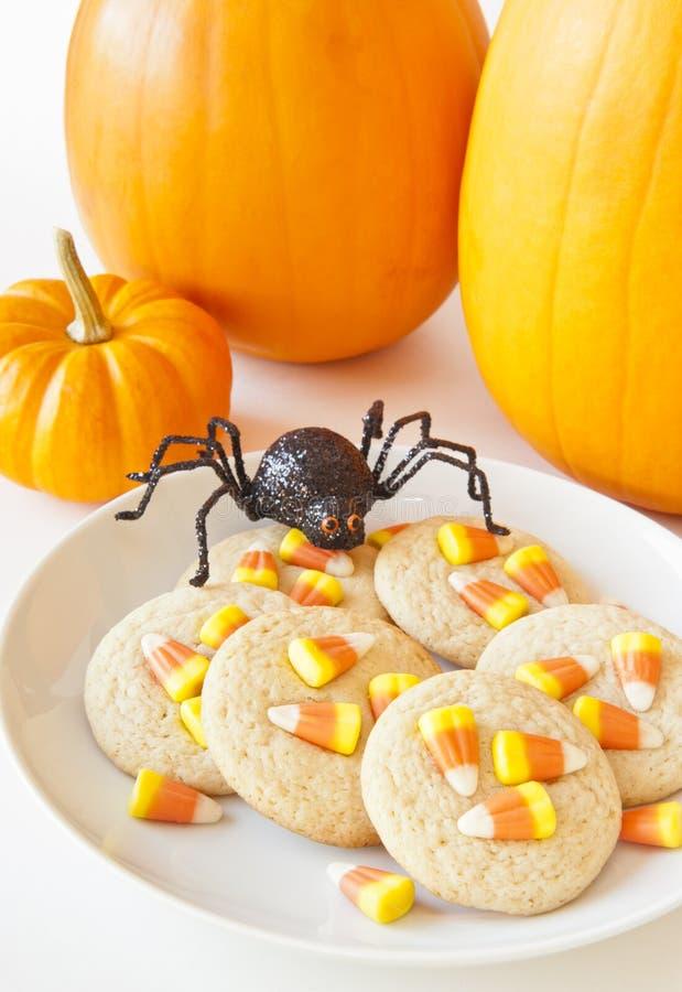 Αράχνη αποκριών με τα μπισκότα καλαμποκιού καραμελών στοκ εικόνες
