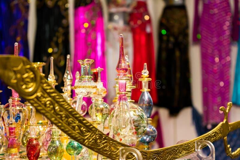 αραβικά μπουκάλια αρώματος γυαλιού στο κατάστημα στοκ εικόνες με δικαίωμα ελεύθερης χρήσης