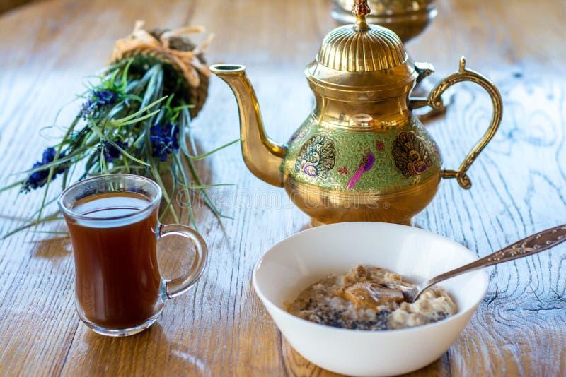 Αραβικές κύπελλο και κατσαρόλα καφέ ύφους με oatmeal το κύπελλο στοκ εικόνα