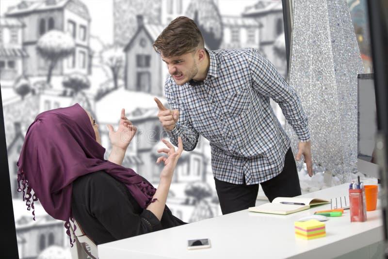 Αραβική επιχειρηματίας που φορά hijab λαμβάνοντας την ανακοίνωση από έναν συνάδελφο στοκ φωτογραφίες με δικαίωμα ελεύθερης χρήσης