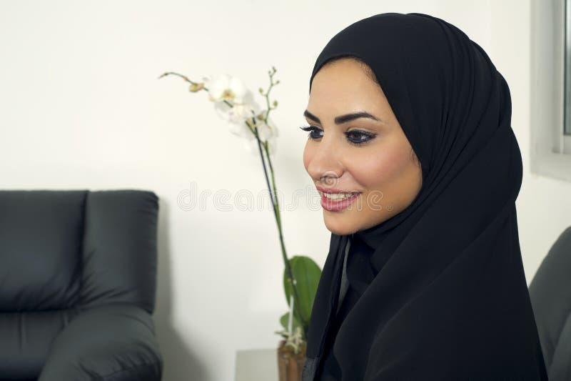 Αραβική επιχειρηματίας που φορά Hijab στην αρχή στοκ φωτογραφίες με δικαίωμα ελεύθερης χρήσης