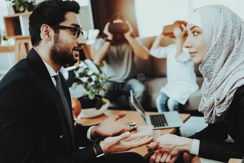 Αραβική οικογένεια στην υποδοχή στο γραφείο ψυχοθεραπευτών στοκ φωτογραφία