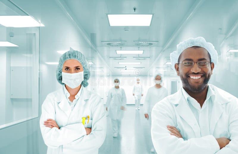 Αραβική ομάδα επιστημόνων στο εργαστήριο νοσοκομείων, ομάδα γιατρών στοκ φωτογραφίες