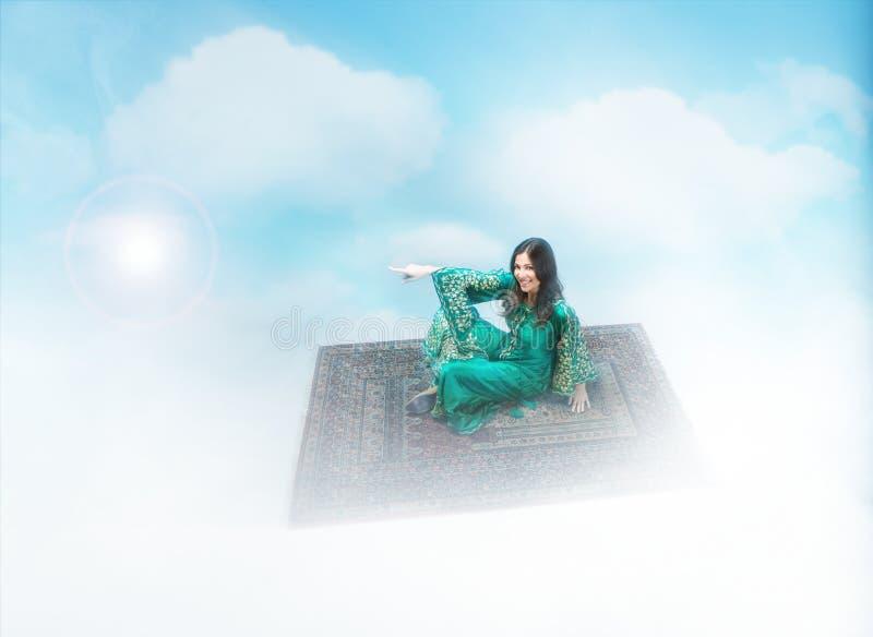 Αραβική πτήση κοριτσιών σε έναν μαγικό τάπητα στοκ φωτογραφία με δικαίωμα ελεύθερης χρήσης